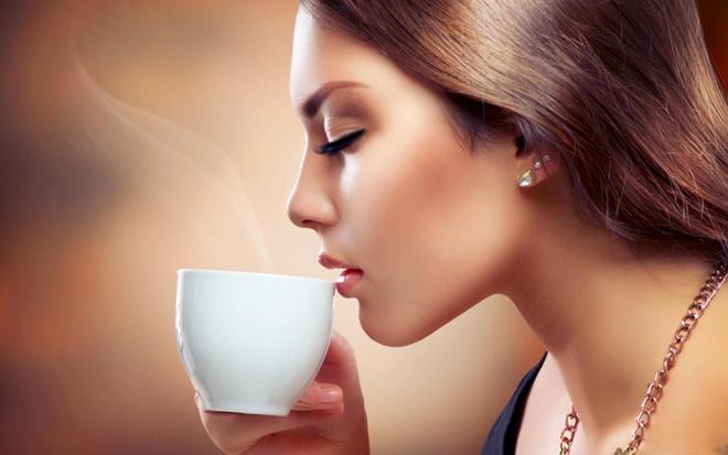 10 cach giam tham moi hieu qua tai nha hinh anh 1 Uống cà phê mỗi ngày là một trong những nguyên nhân làm môi bạn dễ bị thâm và sạm màu.
