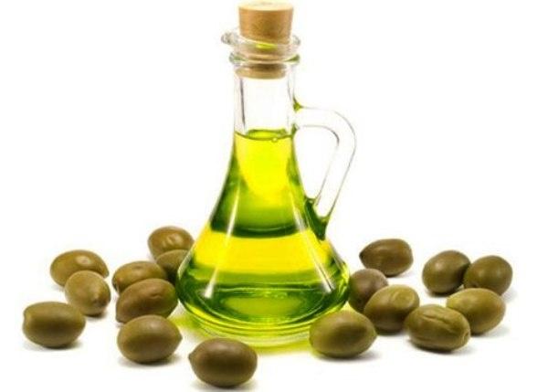 1. Dầu Olive: Dầu ô liu là một trong những loại dầu tốt nhất để làm đẹp cho da. Thành phần của nó và các vitamin thiết yếu giúp phục hồi độ ẩm cho da và làm cho da trông mềm mại và dẻo dai.