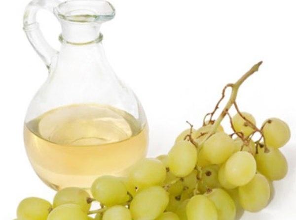 2.Tinh dầu nho: Dầu hạt nho có khả năng dưỡng ẩm cho da khô, nhờ vào thành phần hữu ích của nó và hàm lượng axit béo. Nó có các chất dinh dưỡng cần thiết mà còn có thể giúp đỡ để chữa những vết sẹo, trong khi hàm lượng axit linoleic  có nhiệm vụ dưỡng ẩm rất tốt