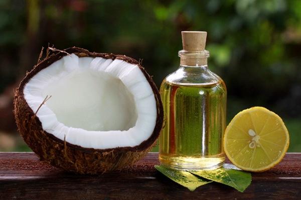 6. Dầu dừa: Bạn có biết rằng dầu dừa không chỉ tốt cho mái tóc của bạn? Sử dụng dầu dừa tự nhiên trên da đóng vai trò như một lá chắn hữu cơ và làm sạch , giữ ẩm da hiệu quả.