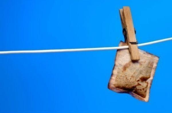 Meo giup vet muoi dot het ngua hinh anh 5 5. Trà túi lọc: Ngoài được dùng để làm giảm quầng thâm, bọng mắt, trà túi lọc cũng có thể làm giảm sưng tấy ở vết muỗi đốt. Chất tanin trong trà có tác dụng làm se, đẩy dịch dư thừa ra khỏi vết đốt.