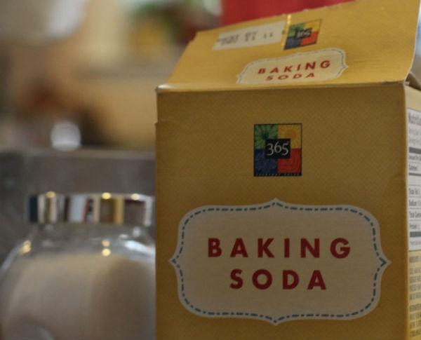 Meo giup vet muoi dot het ngua hinh anh 6 6. Baking soda: Sodium bicarbonate trong baking soda là một hợp chất có tính kiềm nhẹ, có thể làm trung hòa sự cân bằng độ pH trên da. Điều này có thể ngăn ngừa tình trạng sưng tấy, giảm bớt đau nhức ở vết muỗi đốt. Bạn có thể hòa tan một ít bột baking soda vào nước ấm tạo ra hỗn hợp sền sệt rồi bôi lên da, để khô trong vòng vài phút, sau đó rửa sạch.