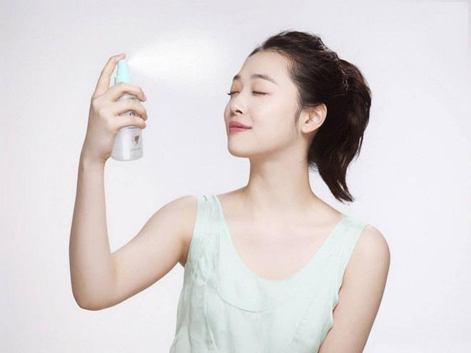 10 meo lam dep doc dao danh cho co nang ban ron hinh anh 8 8. Giữ độ ẩm cho da bằng nước hoa hồng. Phun đều 1 lớp nước hoa hồng lên da mặt sau khi dùng kem dưỡng ẩm sẽ giúp làn da của bạn luôn căng mịn, ngậm nước và tràn sức sống.