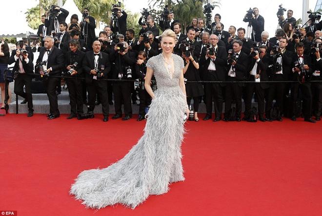 Nhung thuong hieu thoi trang dat hang nhat tham do Cannes hinh anh 6 Đặc biệt, chiếc váy haute couture lộng lẫy bằng lông vũ và đá quý của  Elie Saab đã giúp nữ diễn viên Naomi Watts tỏa sáng giữa hàng trăm mỹ nhân khác. Đây cũng là một trong những thiết kế nằm trong Top những trang phục thảm đỏ đẹp nhất Liên hoan Cannes năm nay.