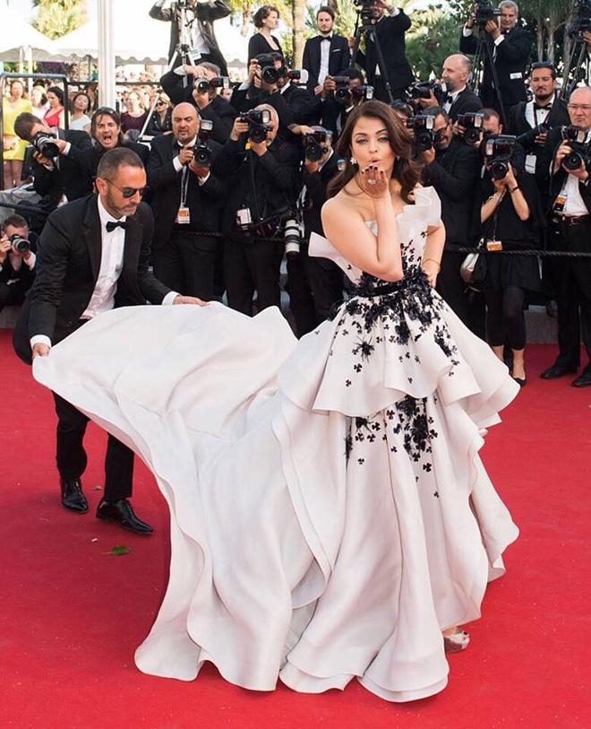 Nhung thuong hieu thoi trang dat hang nhat tham do Cannes hinh anh 14 Hoa hậu đẹp nhất mọi thời đại, Aishwarya Rai, diện một thiết kế cầu kỳ của Ralph & Russo. Đây là thiết kế giúp người đẹp Ấn Độ nổi bật trên thảm đỏ, nhưng lại phải nhờ đến vài vệ sĩ theo hộ tống và chỉnh sửa váy áo.