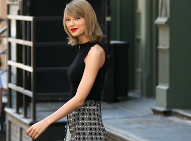 Taylor Swift cham dien lai do cu hinh anh