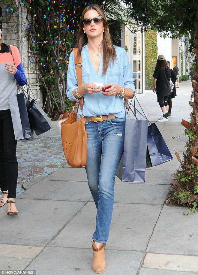 Sao Hollywood bien hoa voi ao so mi denim hinh anh 1 Đơn giản và dễ mặc khi kết hợp cùng quần jeans như Alessandra Embrossio. Bạn hãy nhớ chọn những màu denim khác tông màu.