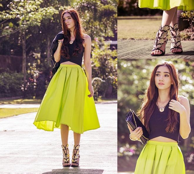 Kiểu váy midi xòe màu vàng chanh quyến rũ sẽ khiến bạn không thể rời mắt nhìn. Mix cùng áo croptop đen cùng vòng cổ kim loại bạn sẽ vô cùng quyến rũ.