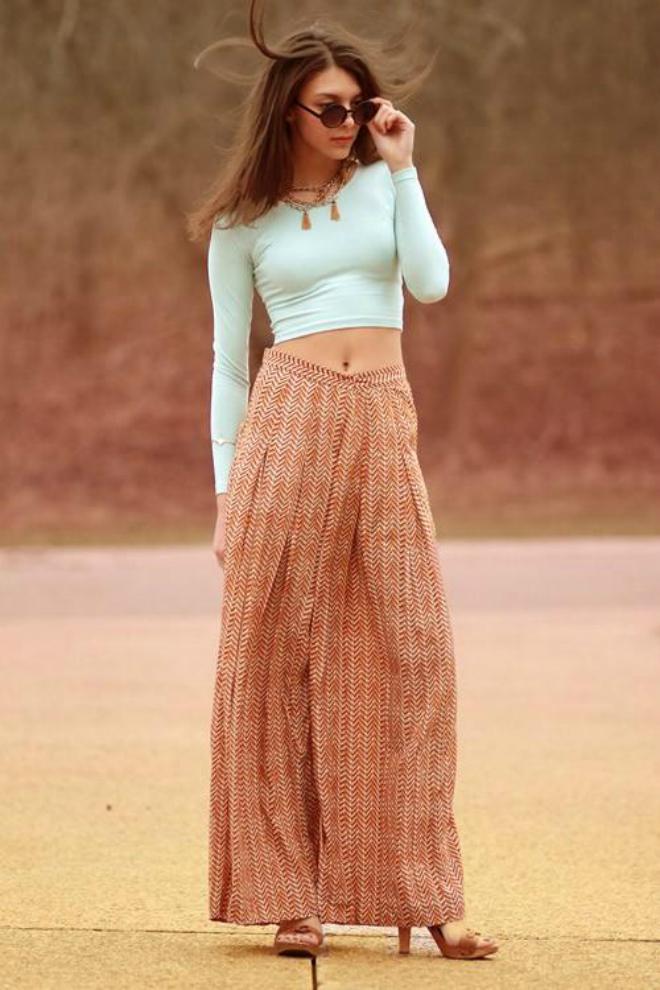 Mix crop-top the nao cho ngay thu se lanh hinh anh 6 Crop top với quần váy dài tha thướt và họa tiết đậm chất thu sẽ rất phù hợp cho ngày dạo phố.