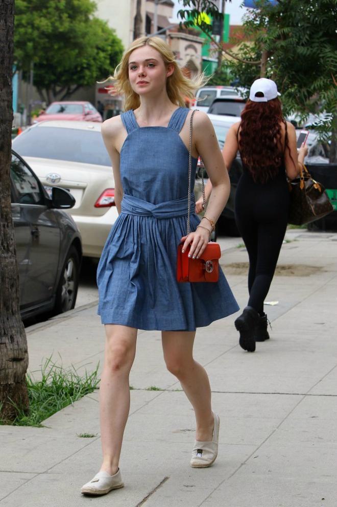 Sao Hollywood lam duyen voi giay de coi hinh anh 1 Cô nàng Elle Fanning xuống phố dễ thương và duyên dáng vô cùng khi mix giày slip-on đế cói với váy liền denim xinh xắn. Ảnh: Stylebistro.