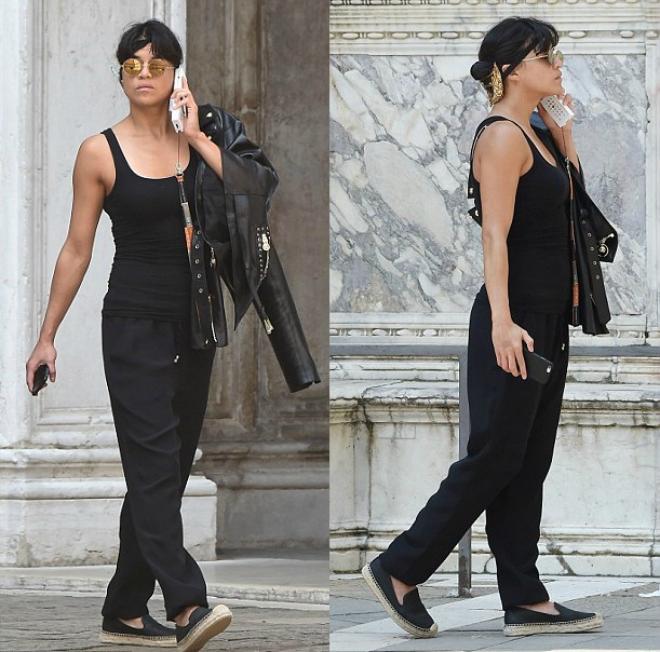 Sao Hollywood lam duyen voi giay de coi hinh anh 5 Nữ diễn viên Michelle Rodriguez ton-sur-ton năng động với áo ba lỗ, quần ống rộng, áo jacket và slip-on tông màu đen. Ảnh: Dailymail.