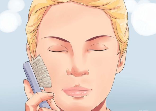 6 loi cham soc da gay phan tac dung hinh anh 3 3. Quá chăm tẩy da chết Tẩy da chết là việc cần thiết giúp da sạch sẽ, khỏe mạnh, dễ hấp thu các dưỡng chất khác của kem dưỡng. Tuy nhiên, tẩy da chết quá hai lần/tuần với các loại bàn chải cọ, các loại kem tẩy da chết có chứa AHAs, BHAS, retinoids, enzyme trái cây, salicylic hoặc axit glycolic sẽ khiến da trở nên mỏng manh, nhạy cảm và thậm chí nhanh lão hóa hơn.
