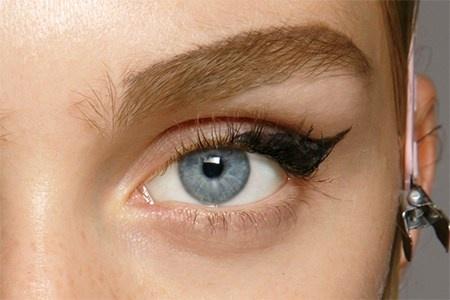 5 bien tau moi la cho kieu mat meo thong thuong hinh anh 2 Với cách trang điểm này, thay vì vẽ mắt đen như bình thường, bạn có thể chọn màu nâu xám để vẽ đuôi mắt dày như chiếc cánh.