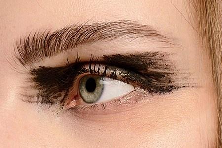 5 bien tau moi la cho kieu mat meo thong thuong hinh anh 5 Bạn có thể nghĩ đây là đôi mắt bị vẽ hỏng, nhưng nó lại trở thành điểm nhấn ấn tượng cho các người mẫu trong show diễn của Ann Demeulemeester. Để tạo ra phong cách này, chuyên gia trang điểm đã sử dụng một cây cọ hình quạt, nhúng vào màu mắt dạng kem rồi tạo các đường ngẫu hứng từ giữa mí mắt ra phía đầu chân mày và đuôi mắt.