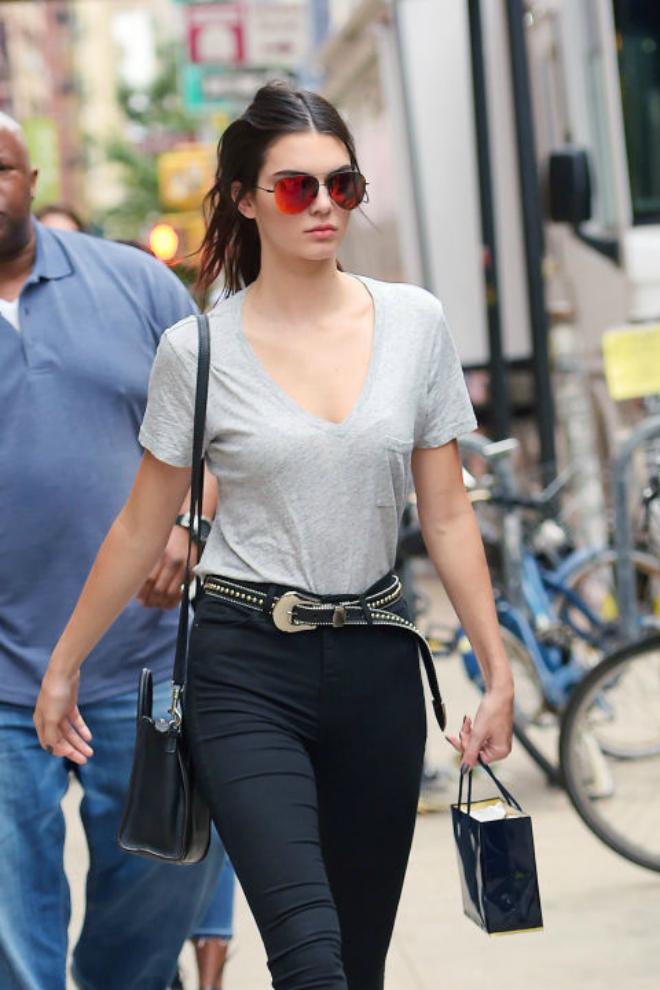 Hoc cach mix do ca tinh voi quan jeans cua Kendall Jenner hinh anh 1 1. Jeans đen: Rất đơn giản chỉ với một chiếc thắt lưng làm điểm nhấn, Kendall đã khiến bộ trang phục đơn giản áo thun + quần jeans đen trở nên nổi bật hơn.