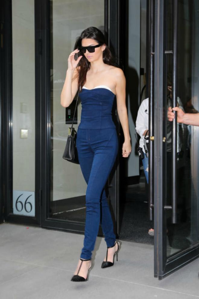 Hoc cach mix do ca tinh voi quan jeans cua Kendall Jenner hinh anh 10 4. Denim on denim: Bản thân những trang phục jeans đã mang cá tính mạnh, bạn có thể tiết chế bằng cách thêm vào những phụ kiện đơn sắc, tối giản để trông vô cùng thanh lịch như Kendall.
