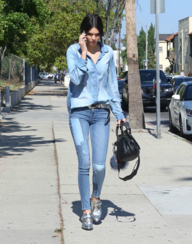 Hoc cach mix do ca tinh voi quan jeans cua Kendall Jenner hinh anh 11 Bạn có thể phối sơmi denim tối màu cùng quần denim sáng màu hay ngược lại để tạo sự tương phản nổi bật cho set đồ.