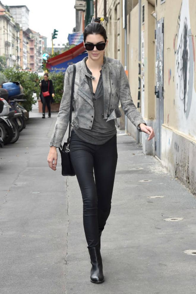 Hoc cach mix do ca tinh voi quan jeans cua Kendall Jenner hinh anh 2 Không nên có quá 3 màu trên một bộ trang phục. Chỉ với 2 màu xám-đen, Kendall đã khéo léo lựa chọn áo khoác cùng phụ kiện đi kèm tone sur tone.