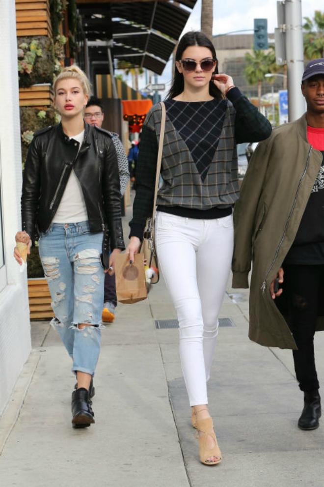 Hoc cach mix do ca tinh voi quan jeans cua Kendall Jenner hinh anh 4 2. Quần jeans trắng: Kendall trẻ trung khi kết hợp quần jeans trắng cùng áo sweater Band of Outsiders và đôi sandals màu be thanh lịch.