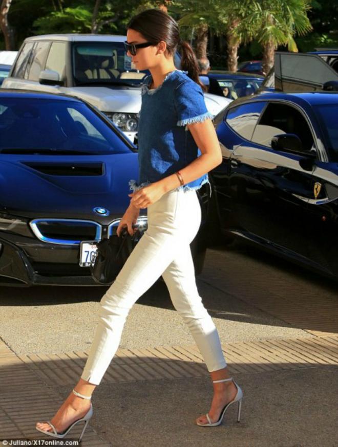 Hoc cach mix do ca tinh voi quan jeans cua Kendall Jenner hinh anh 5 Quần jeans cạp cao và áo dáng ngắn là cách kết hợp tuyệt vời để Kendall khoe đôi chân dài cùng đôi sandals màu trắng duyên dáng.