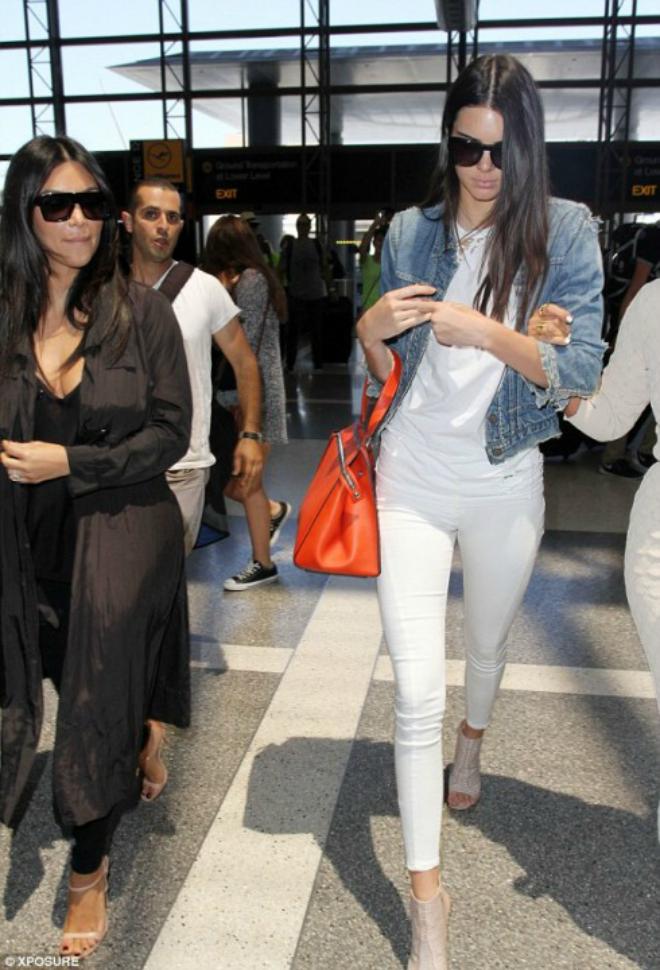 """Hoc cach mix do ca tinh voi quan jeans cua Kendall Jenner hinh anh 6 Đừng ngần ngại khi kết hợp cả """"cây trắng"""", bạn có thể thêm vào những phụ kiện nổi bật để tạo điểm nhấn."""