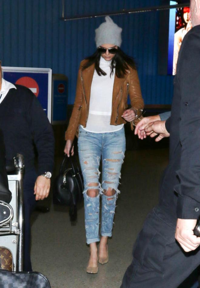 Hoc cach mix do ca tinh voi quan jeans cua Kendall Jenner hinh anh 8 Kendall kết hợp áo trắng cổ điển và quần jeans rách cùng áo khoác da màu nâu. Chiếc mũ beanie giúp hoàn thiện bộ trang phục.