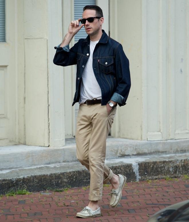 6 cong thuc mix do tre trung cho nam gioi hinh anh 5 5. Áo khoác denim & quần chinos màu be: Denim jacket và jeans màu be là cách phối màu phù hợp làm nổi bật phong cách cho các chàng. Bên cạnh đó, hãy bổ sung cũng như kết hợp thêm một áo thun trơn màu tối để hoàn chỉnh vẻ bề ngoài này một cách ấn tượng nhất.