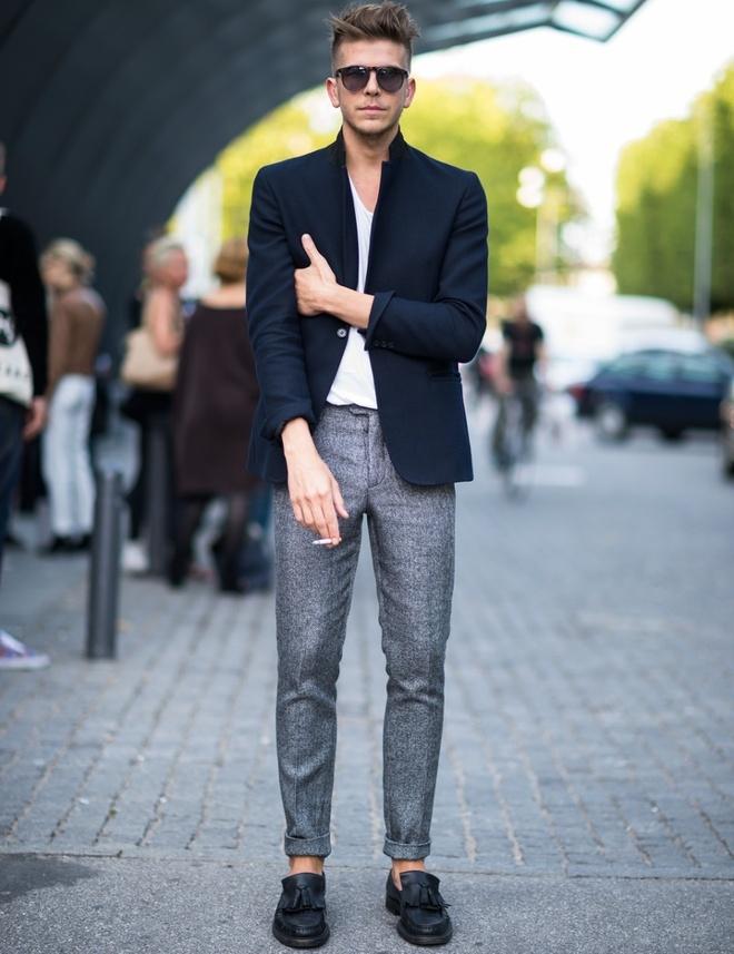 6 cong thuc mix do tre trung cho nam gioi hinh anh 6 6. Blazer xanh navy & quần kaki xám: Một chiếc blazer màu navy đi cùng với một chiếc quần kaki màu xám nên là một trong những công thức phối đồ chủ lực mọi quý ông cần phải biết. Set đồ này mang lại vẻ trẻ trung, năng động hơn so với bộ suit đầy đủ. Bạn có thể phá cách với sơ mi trắng, cà vạt trơn cùng một đôi Oxford đen bóng hoặc áo thun trơn đi cùng giày lười thoải mái.