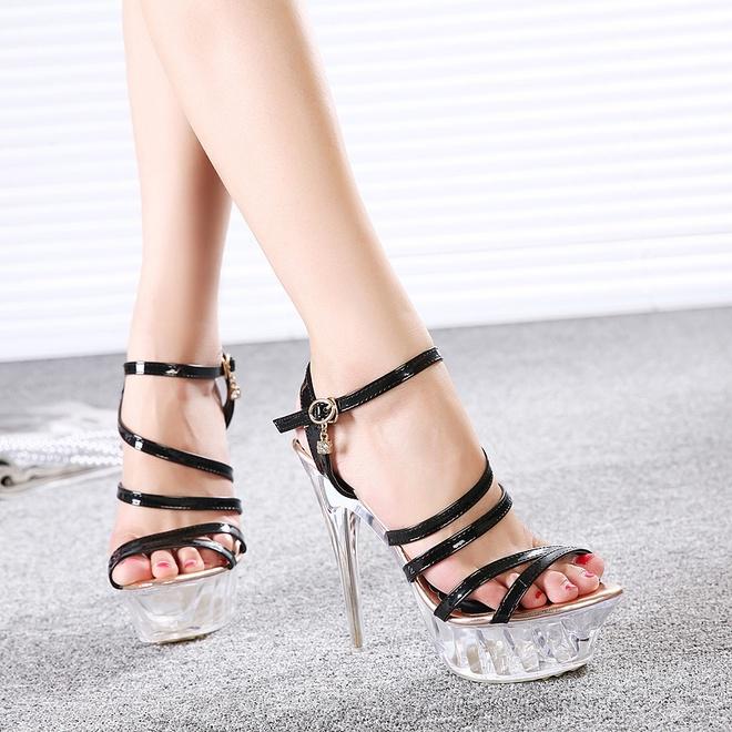Giày cao gót trên 10 cm: Không chỉ gây khó khăn trong quá trình di chuyển, những đôi giày gót quá cao còn khiến bạn trông như đang trình diễn catwalk.