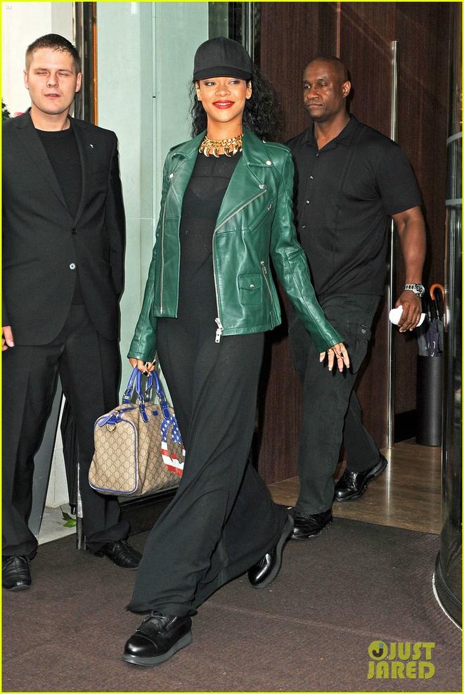7 kieu ao khoac duoc long sao Hollywood ngay lanh hinh anh 1 1. Áo khoác da: Kiểu áo sang trọng, mạnh mẽ này luôn làm xiêu lòng nhiều ngôi sao nổi tiếng. Nếu bạn thích phong cách nữ tính, hãy phối áo khoác da với váy maxi như Rihanna.