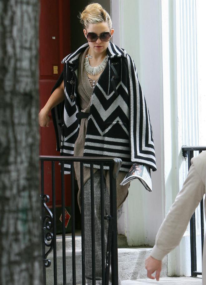 7 kieu ao khoac duoc long sao Hollywood ngay lanh hinh anh 11 6. Áo poncho: Với ngoại hình độc đáo như một chiếc khăn hay chăn mỏng ấm áp, áo poncho cũng được lòng nhiều mỹ nhân. Trong đó, Kate Hudson phong cách với áo khoác poncho họa tiết hình ảnh đơn giản mà vẫn tràn đầy sức sống.