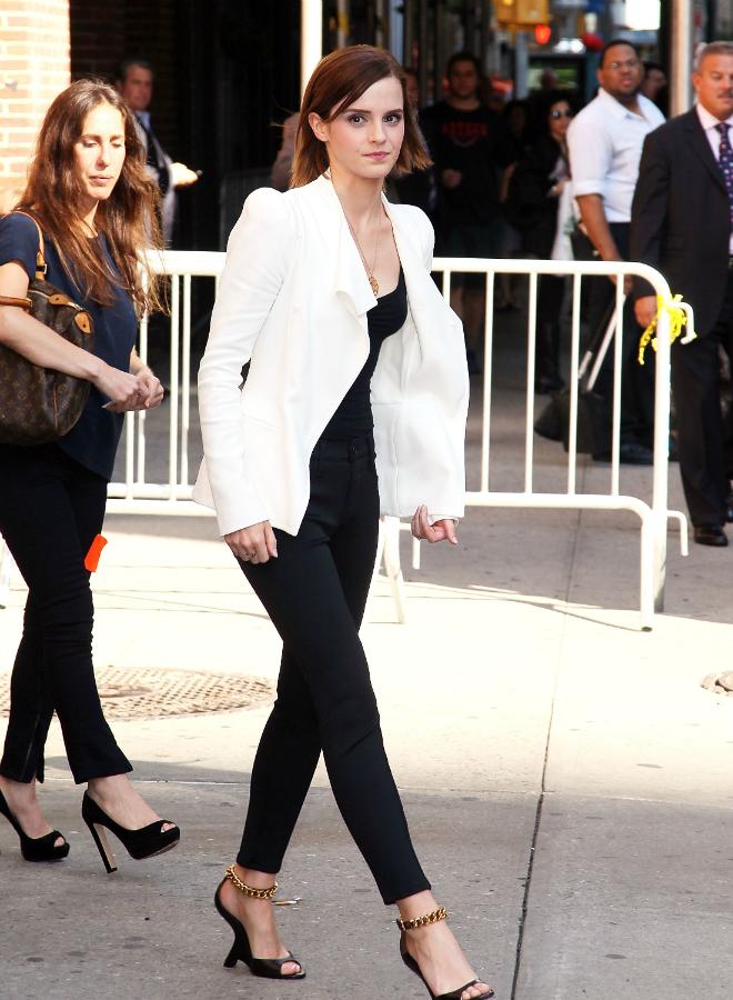 7 kieu ao khoac duoc long sao Hollywood ngay lanh hinh anh 6 Nàng phù thủy Emma Watson lại trẻ trung với blazer trắng được kết hợp phù hợp với áo balo và skinny đen.
