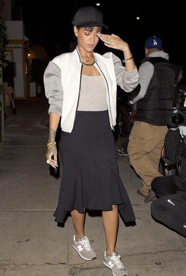 Nhung doi giay the thao duoc sao the gioi yeu thich hinh anh 10 Rihanna xuống phố với phong cách sành điệu, cô nàng kết hợp màu sắc trung tính hòa hợp giữa áo khoác bóng chày, váy đuôi cá và đôi new balance ghi cổ điển.