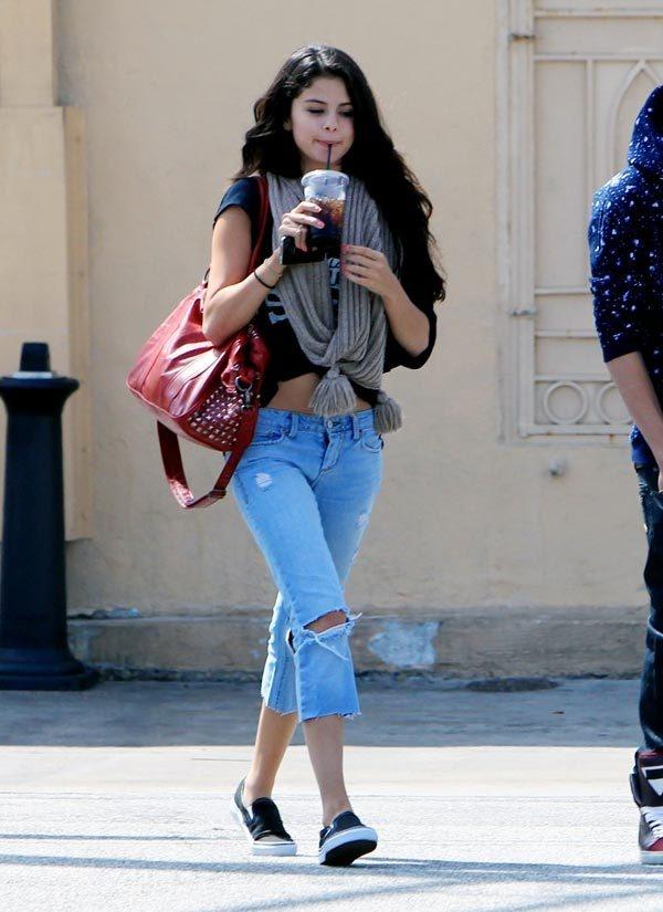 Nhung doi giay the thao duoc sao the gioi yeu thich hinh anh 5 Khỏe khoắn, trẻ trung nhưng không kém phần cá tính là những gì toát lên từ chiếc croptop, quần jeans rách và đôi Vans sắc đen tối giản của Selena Gomez.