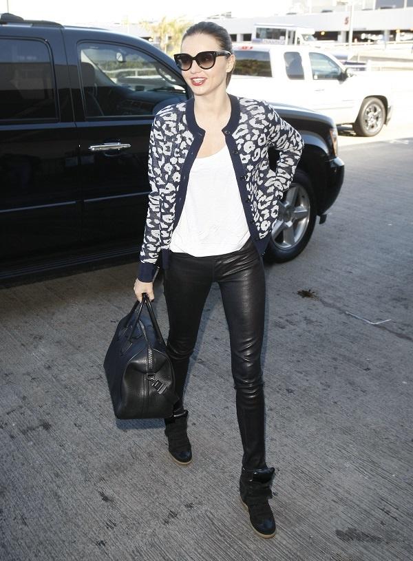 Nhung doi giay the thao duoc sao the gioi yeu thich hinh anh 7 Siêu mẫu Miranda Kerr ghi điểm với tín đồ thời trang với cardigan da báo cá tính, skinny da và sneaker cùng tông.