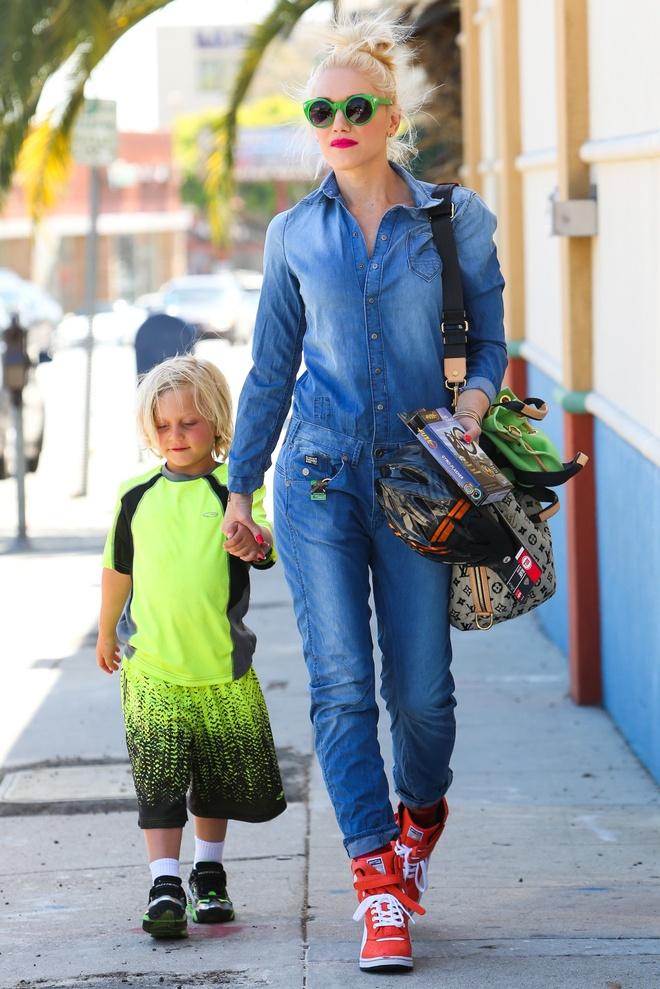 Nhung doi giay the thao duoc sao the gioi yeu thich hinh anh 8 Gwen Stefani cá tính với trang phục denim-on-denim kết hợp wedge sneaker.