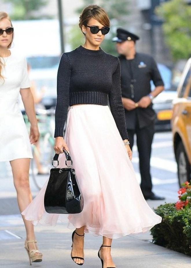 Hoc sao cach dien vay vao mua dong hinh anh 1 1. Áo len + chân váy: Jessica Alba mix đơn giản nhưng cũng rất ngọt ngào với croptop len cùng chân váy maxi màu hồng phấn.