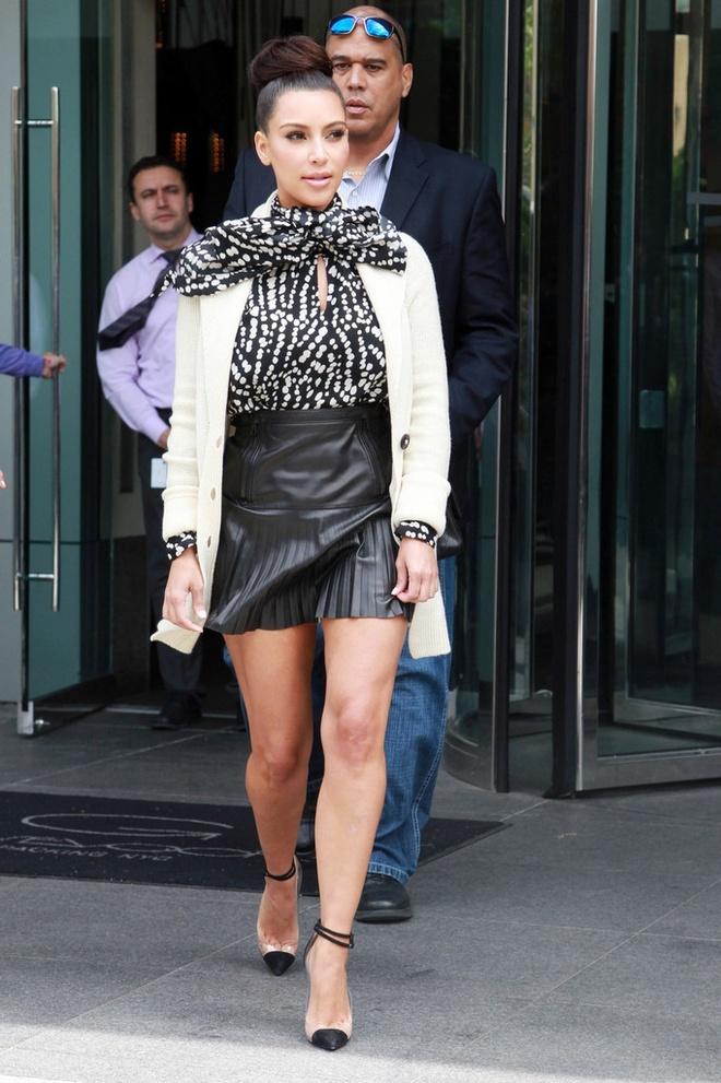 Hoc sao cach dien vay vao mua dong hinh anh 10 5. Cardigan + Chân váy: Cardigan có hàng khuy chạy dọc từ cổ áo sẽ là cứu cánh cho những cô nàng có vòng 3 nở nang như Kim Kardashian. Chân váy chữ A giúp tôn eo để có một bộ cánh hoàn hảo.