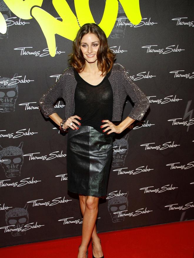 Hoc sao cach dien vay vao mua dong hinh anh 11 Người mẫu Olivia Palermo lại chọn cho mình cardigan dáng lửng ánh kim bắt mắt phần tay áo kết hợp cùng chân váy bút chì sành điệu.
