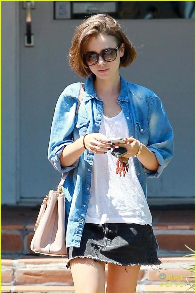 Hoc sao cach dien vay vao mua dong hinh anh 5 3. Áo khoác denim + chân váy: Lily Collins khác lạ với xu hướng denim-on-denim.