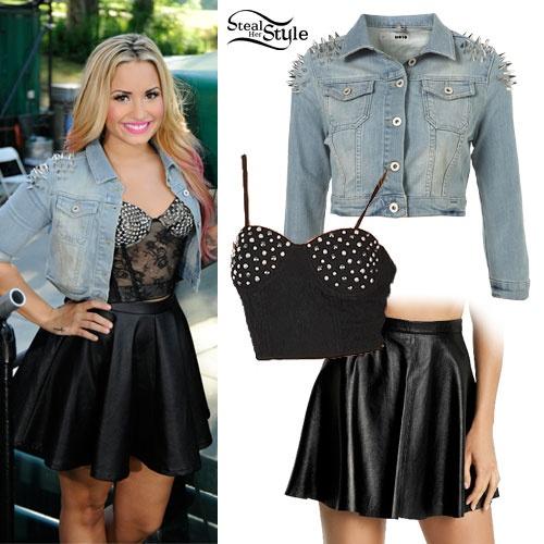 Hoc sao cach dien vay vao mua dong hinh anh 7 Demi Lovato biến tấu với áo khoác denim đính đinh cùng chân váy da phong cách.