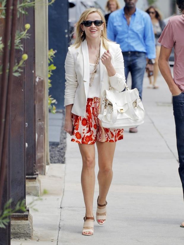 Hoc sao cach dien vay vao mua dong hinh anh 8 4. Blazer + Chân váy: Gợi ý tuyệt vời cho cô nàng công sở với blazer trắng tinh khiết mix cùng chân váy hoa rực rỡ như nữ diễn viên Reese Witherspoon.