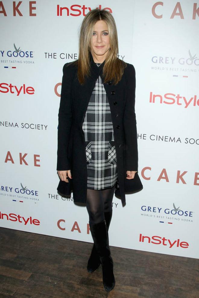 Dien quan tat sanh dieu nhu sao Hollywood hinh anh 10 Jennifer Aniston đón cái lạnh mùa đông bằng váy kẻ ca rô trắng đen, cùng áo khoác đen, quần tất đen và bốt cao tới đầu gối.