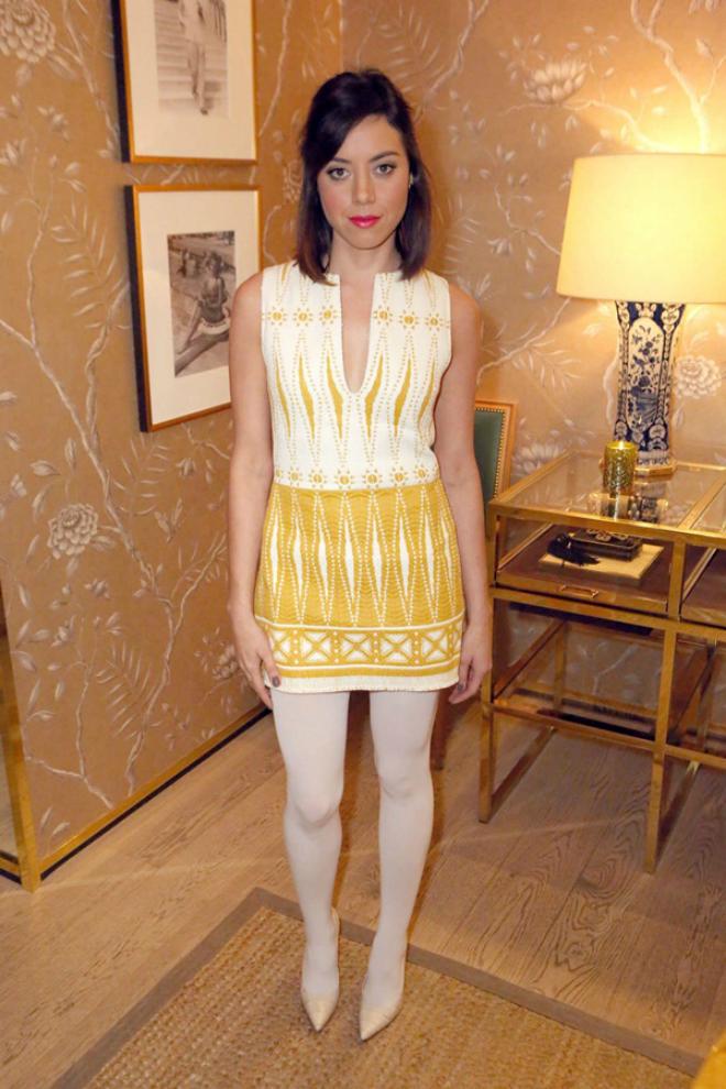Dien quan tat sanh dieu nhu sao Hollywood hinh anh 12 Quần tất trắng cũng là item được Aubrey Plaza yêu thích. Cô mix với một chiếc váy họa tiết màu vàng-trắng của Tory Burch và giày cao gót cùng tông trắng.