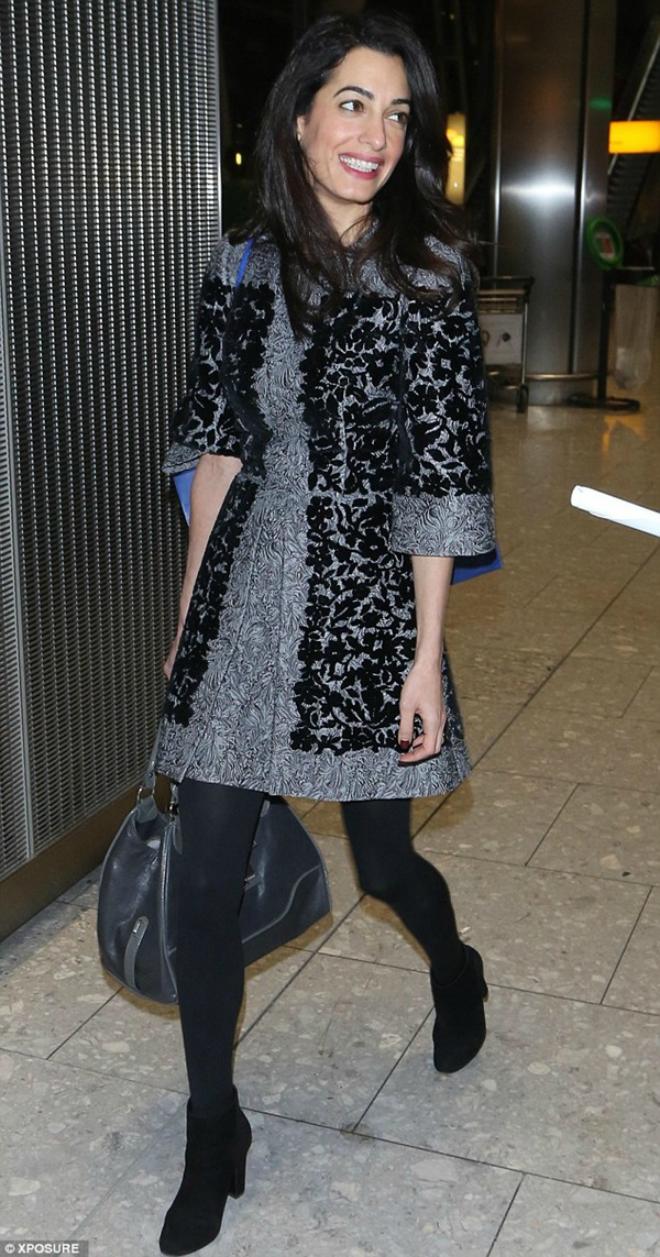 Dien quan tat sanh dieu nhu sao Hollywood hinh anh 4 Amal Clooney phong cách với chiếc váy thêu hoa màu đen xám của Dolce & Gabbana mặc kèm với quần tất đen dày, cũng kết hợp với bốt đen thấp cổ và túi xách màu ghi sậm.