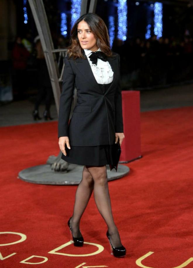 Dien quan tat sanh dieu nhu sao Hollywood hinh anh 7 Salma Hayek thể hiện nét quyến rũ của mình qua bộ váy của Saint Laurent kết hợp với áo vest, giày cao gót và quần tất đen mỏng.