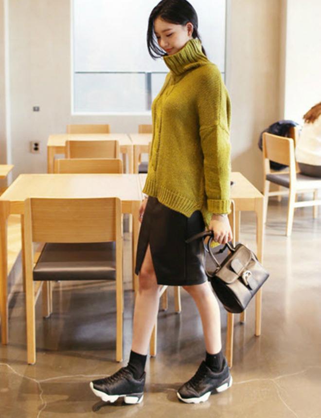 Phoi do dep voi ao len co lo cho co nang cong so hinh anh 5 Giày sneaker và chân váy bút chì và áo len sặc sỡ - đúng theo nguyên tắc kết hợp các gam màu đơn sắc.