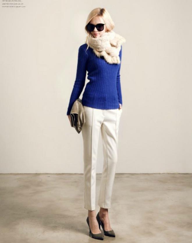 Phoi do dep voi ao len co lo cho co nang cong so hinh anh 9 Hay chiếc khăn quàng lông màu trắng muốt cùng tông màu với quần âu cũng là cách để bạn làm nổi chiếc áo len màu xanh cobalt.