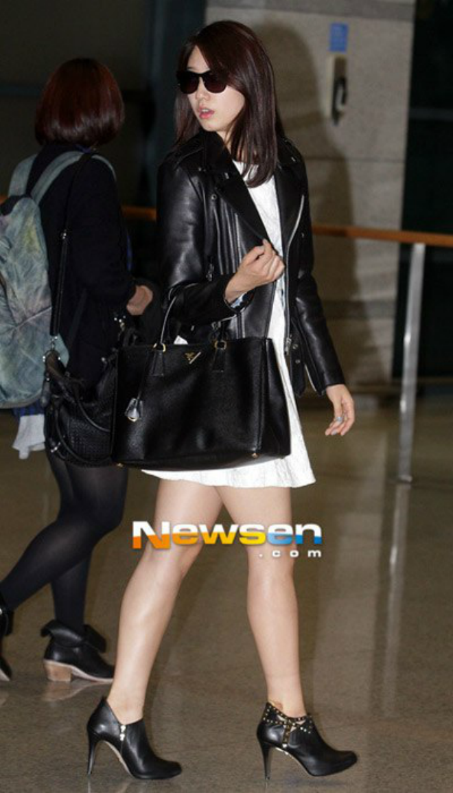 Sao Han sanh dieu voi ao khoac da hinh anh 10 Park Shin Hye sành điệu với váy trắng nữ tính cùng áo khoác và bốt da cao gót.