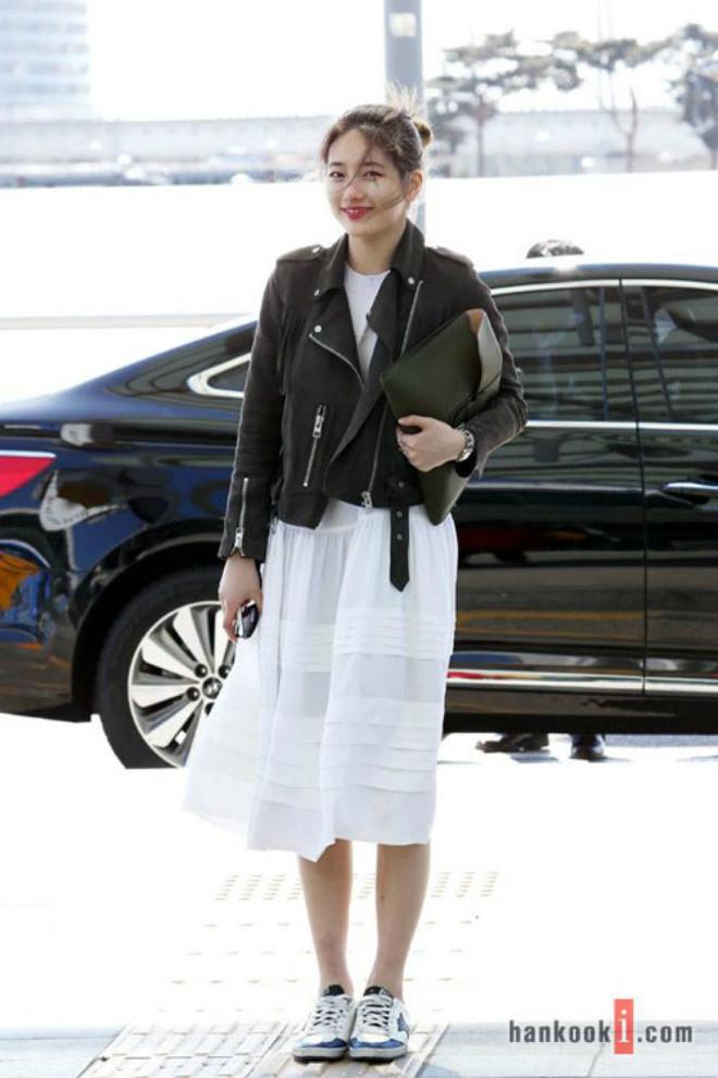 Sao Han sanh dieu voi ao khoac da hinh anh 2 Suzy tiếp tục ghi điểm với style sân bay đơn giản nhưng hiệu quả. Váy dài trắng kết hợp áo khoác da tạo nét đối lập thú vị, giúp người mặc nhanh chóng trở nên nổi bật.